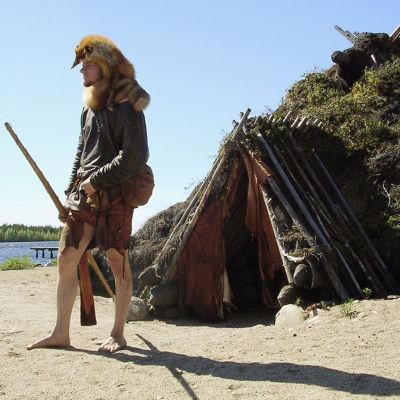Kierikkikeskuksessa Yli-Iissä voi tutustua kivikautiseen elämänmuotoon. Opas Sami Viljanmaa Maan povesta -ohjelmassa 2006.