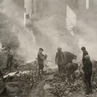 Kaupunkilaiset etsivät Turun kasarmin raunioista säilykepurkkeja saksalaisten joukkojen pommituksen aiheuttaman tulipalon jälkeen 17.4.2018.