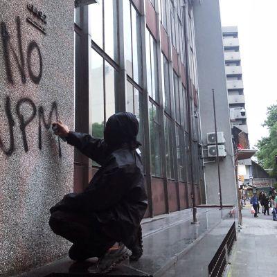 Kirjava joukko uruguaylaisia vastustaa UPM:n sellutehdashanketta.