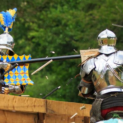 Nykyajan asesepät rakentavat keskiaikaisen haarniskan alusta alkaen.