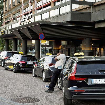 Taksikuskit odottelevat asiakkaita Sokos Hotel Presidentin edessä.