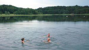 Ragnhild, Alf och Jontti tar ett dopp i havet.