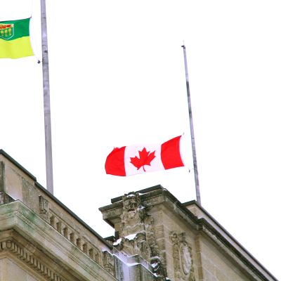 Kanadan lippu puolitangossa.