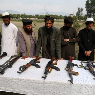 Entiset talibanit ja Isisin taistelijat luovuttivat aseensa 19. helmikuuta Jalalabadissa Afganistanissa.