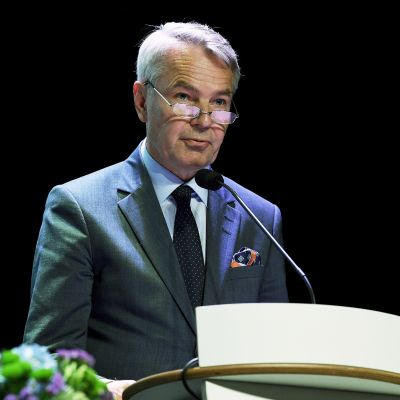 Ulkoministeri Pekka Haavisto puhuu Suomen ulkomaanedustustojen päällikköjen vuosittaisessa kokouksessa.