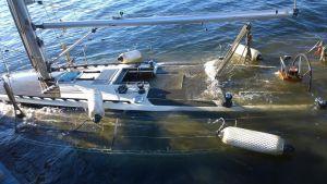 segelbåt bärgas