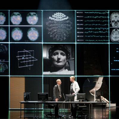 Foto från Juha Jokelas pjäs Sumu på Finlands nationalteater.