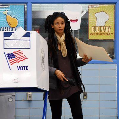 Nainen äänesti Yhdysvaltain kongressivaaleissa 6. marraskuuta 2018.