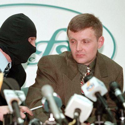 Vasemmalla oleva Aleksandr Litvinenko piti kuuluisan tiedotustilaisuuden Moskovassa vuonna 1998, jossa hän syytti tiedustelupalvelu FSB:tä suurliikemies Boris Berezovskin murhan suunnittelusta.