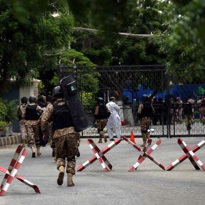 Militärer är fotograferade bakifrån och springer.