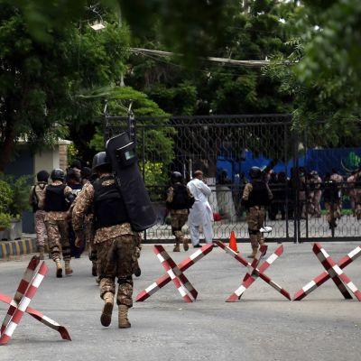 Turvallisuusjoukkoja a katusulku.