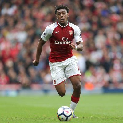 Arsenalin Alex Iwobi jahtaa palloa.