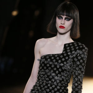 Modell på catwalk. A model presents a creation from the Fall/Winter 2015/16 Ready to Wear collection by French designer Hedi Slimane for Saint Laurent Paris fashion house during the Paris Fashion Week, in Paris, France, 09 March 2015. The presentation of