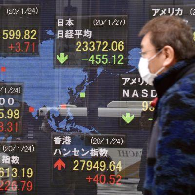Valuuttakursseja pankin ikkunassa Tokiossa