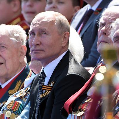 Presidentti Vladimir Putin seuraa voitonpäivän paraatia Moskovassa kesäkuussa 2020.