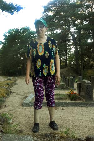 Anna-Greta Sandell på gravgården på Nötö