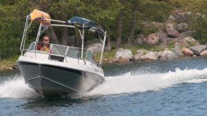 Man åker fort i båt