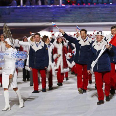 Alexander Zubkov (oik.) kantoi Sotshin olympialaisten avajaisissa.