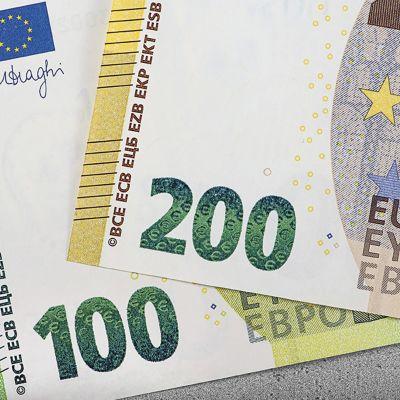 En bild på de nya 100 och 200 euros sedlarna. Sedlarna är lite blekare till färgen än de tidigare.