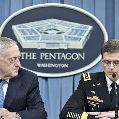Yhdysvaltojen puolustusministeri James Mattis (vas.) ja kenraali Joseph Votel (oik.) järjestivät tiistaina tiedotustilaisuuden Syyrian konfliktista Pentagonissa.