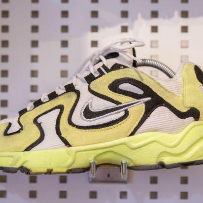 Tennispallomateriaalista valmistettu Niken lenkkari helsinkiläisessä Variety vintageliikkeessä.