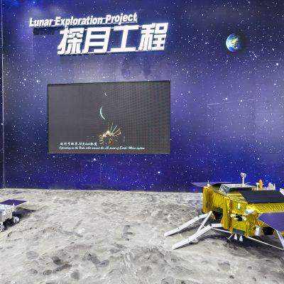 Avaruusmessujen näyttelystä kuumönkijöitä.