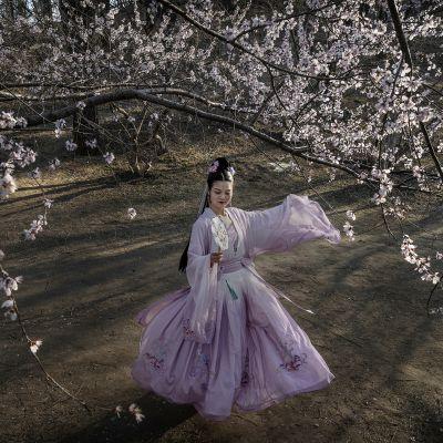 Kiinalainen nainen pukeutuneena dynastiahistorian kaapuun.