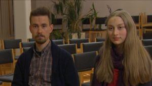 Vapaaehtoiset Joonas Vapaavuori ja Anna Karisto Via Crucis 2015- harjoituksessa.