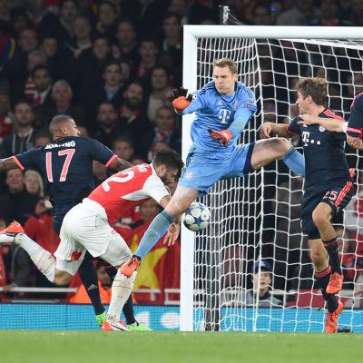 Manuel Neuer missar och Olivier Giroud gör 1-0 för Arsenal.