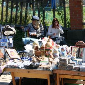 Perinteisiä venäläisiä matkamuistoja myynnissä ulkopöydällä.