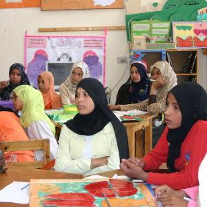 Huivitettuja tyttöjä koulussa oppitunnilla Egyptissä.