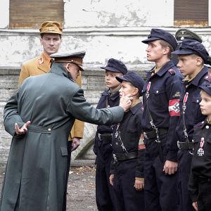 Adolf Hitler (Bruno Ganz) tervehtii lapsisotilaita elokuvassa Perikato