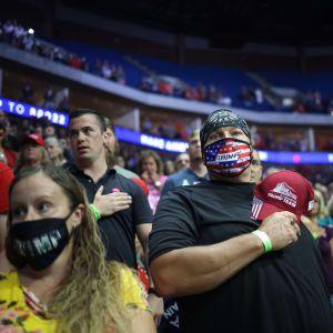 Yleisöä kasvomaskeissa Donald Trumpin presidentinvaalikampanjan tilaisuudessa.
