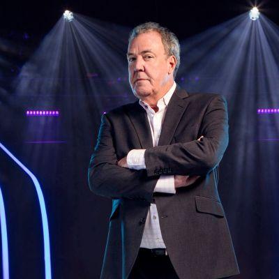 """Jeremy Clarkson juontaa Britannian """"Haluatko miljonääriksi?"""" -ohjelmaa."""