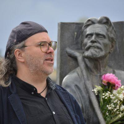 Henry Räsänen esittämässä Eino Leinoa Miihkali Arhippaisen patsaan kukituksen yhteydessä Joensuussa runon ja suven päivänä heinäkuussa 2020.