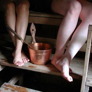 Naisia saunomassa. Naisen jalat.
