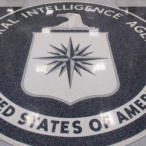 Amerikanska underrättelsetjänsten CIA:s logga på ett stengolv.
