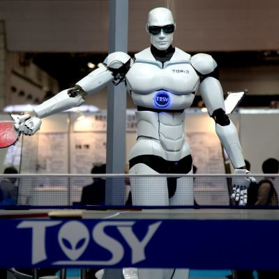 Människoliknande robot spelar pingis