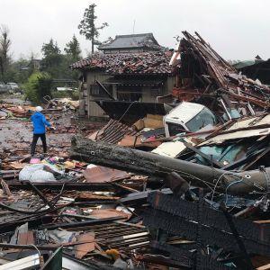 En tornado som tyfonen Hagibis gett upphov till har orsakat förstörelse i staden Ichihara i prefekturen Chiba i Japan.