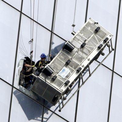 New Yorkissa palomiehet pelastivat 12.11.2014 kaksi ikkunanpesijää, jotka jäivät työtelineen rikkoutumisen vuoksi roikkumaan WTC:n 69. kerroksen kohdalle.