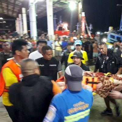 Veneturmasta pelastettuja matkustajia  tuodaan Phuketin satamaan.