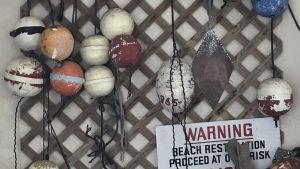 Hittegods från stranden har hängts upp på väggen.