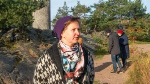 Meri Linna vid foten av en staty i Köpenhamn