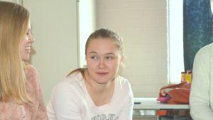 Abiturienter diskuterar vid Ekenäs gymnasium.