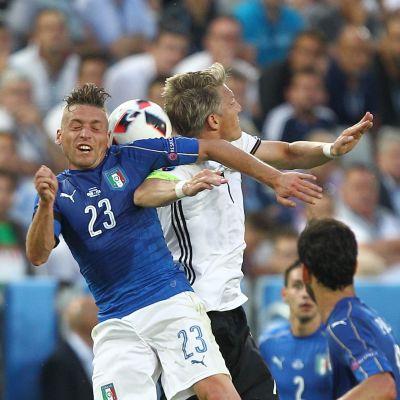 Emanuele Giachherini (t.v.) och Bastian Schweinsteiger kämpar om bollen i första halvlek.