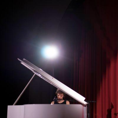 Iiris Viljanen spelar piano.