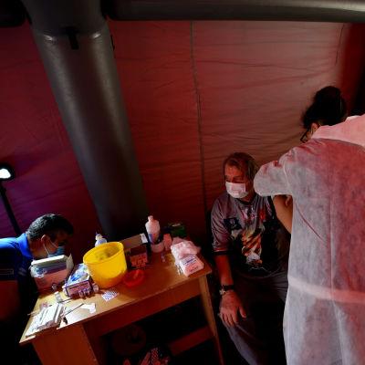 En man fick sin spruta i ett vaccinationstält i en park i Bulgariens huvudstad Sofia den 29 maj. Bara 16 procent av dem över 18 i Bulgarien har fått sin första vaccindos mot covid-19.