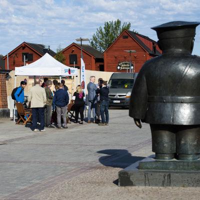 SFP:s lilla tält på torget i Uleåborg.