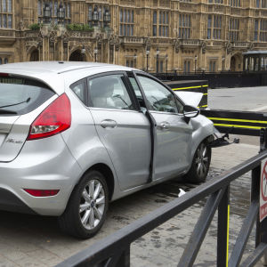 Den här silverfärgade personbilen användes av den gärningsman som åtalats för att ha försökt mörda både poliser och civila i London den 14 augusti 2018. En vägbom utanför parlamentet satte stopp för färden.