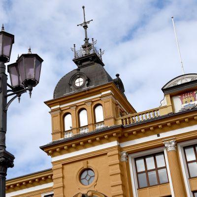 Oulu kaupungintalo, jonka edessä katulamppu.
